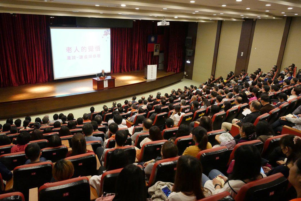 這場精采的演講會,吸引了爆滿全場的學生與校外人士。 健行科大/提供。