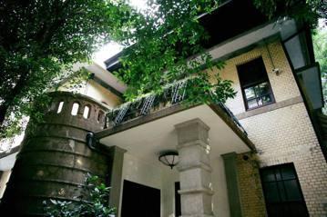1933年興建的陳茂通宅「紅葉園」,外牆是傳統建築經常使用的鵝卵石。 圖/凌宗魁提供
