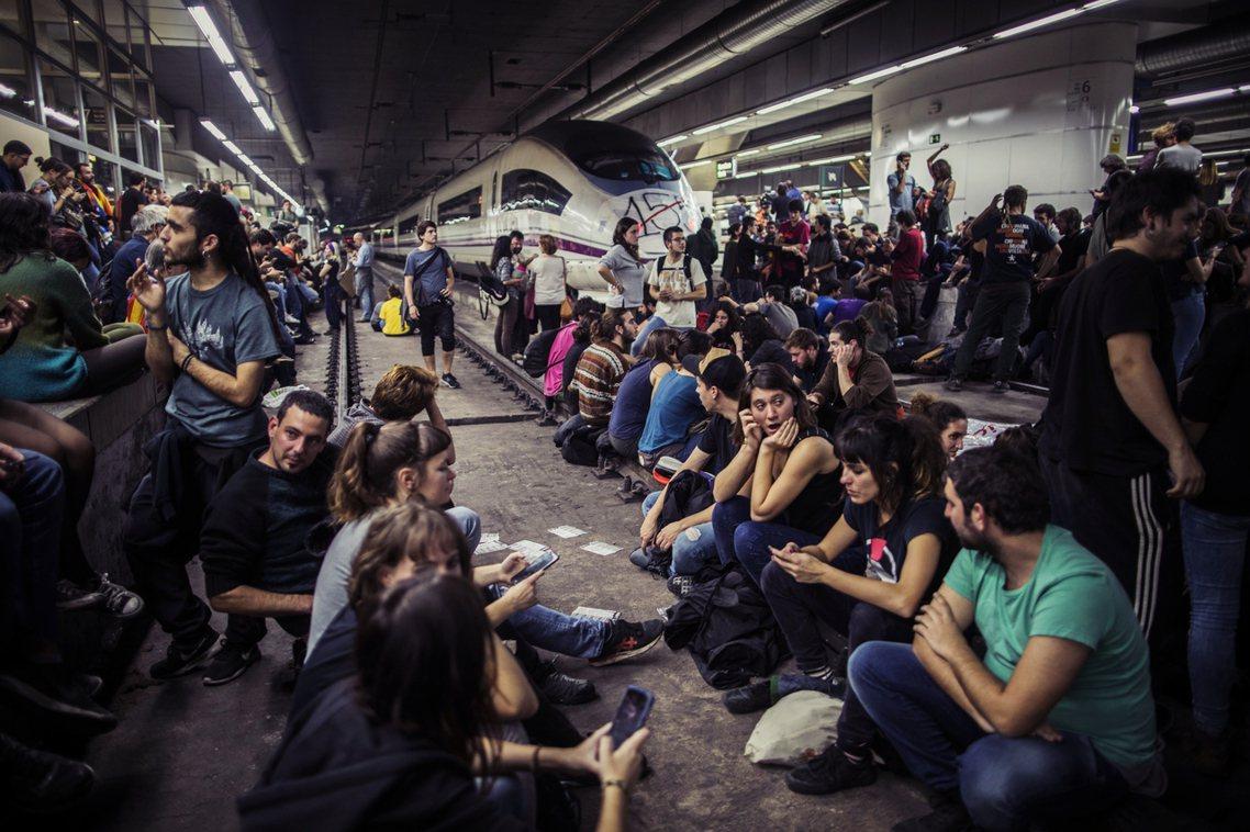 數百學生團體,在傍晚時分,卻轉為對巴塞隆納主要聯外的的桑斯火車站發動突襲,並佔領...
