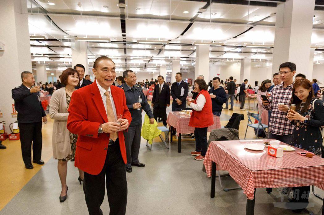 去年12月31日,馮世寬一身大紅西裝現身國防部跨年晚會。圖/軍聞社