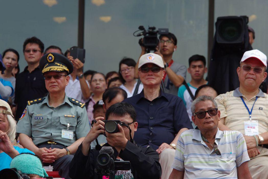 國防部舉辦全國高中職儀隊競賽,部長馮世寬(中)全場觀看。 本報資料照