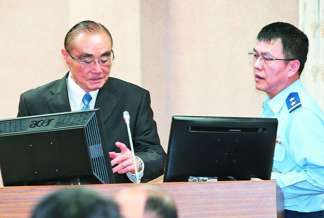 國防部長馮世寬(左)在國防委員會備詢時,談到何子雨事情時,哽咽說「我講不下去了」...