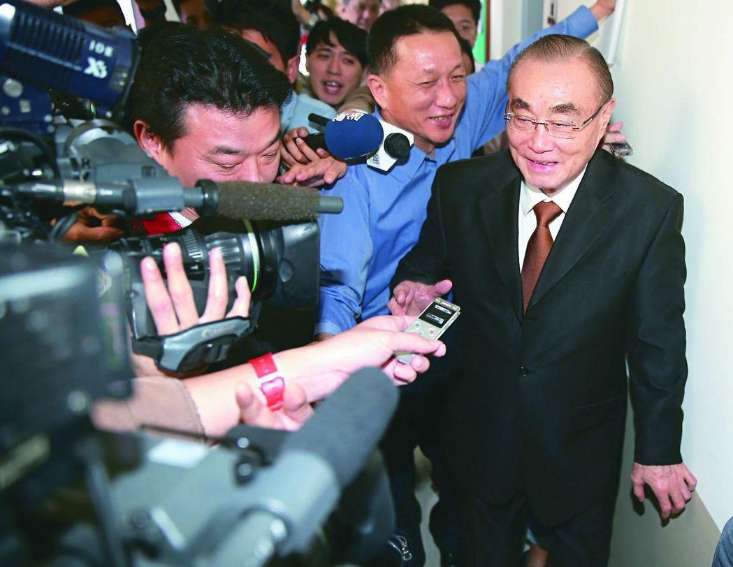 國防部長馮世寬(右)快人快語,一句「他媽的」,再度成為新聞焦點。 本報資料照