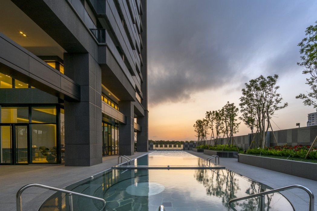 無邊際游泳池是鼎宇建案的特色。 圖片提供/鼎宇建設