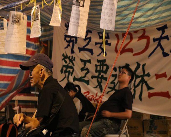 去年工鬥團體在立法院外抗議「一例一休」。 劉曄