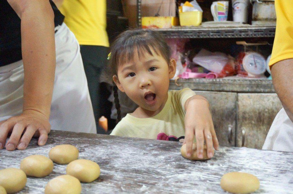 舊來發的小第六代想幫阿公一起做餅。(攝影/林郁姍)