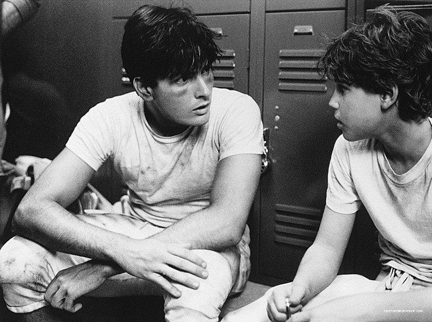 查理辛(左)被傳在拍「美國小子」時誘騙柯里漢姆(右)發生性行為。圖/摘自imdb