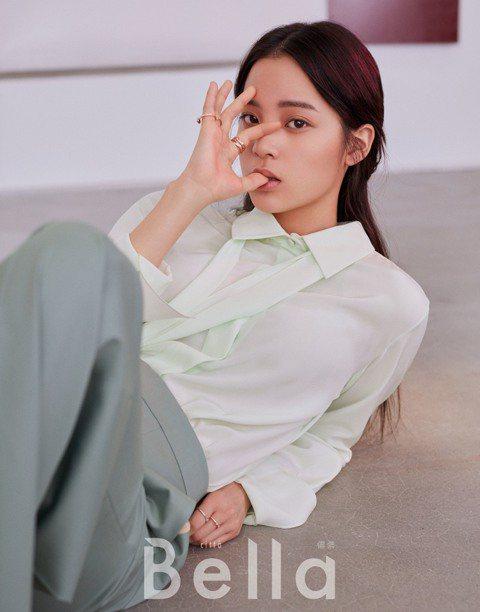 歐陽娜娜為時尚雜誌「Citta Bella Taiwan 儂儂」拍攝封面,受訪時說:「要問我幾歲進入這圈子,還真說不出來,因為身邊都是公眾人物,可以說我就是在這世界裡長大。」面對外界評判的壓力處理,...