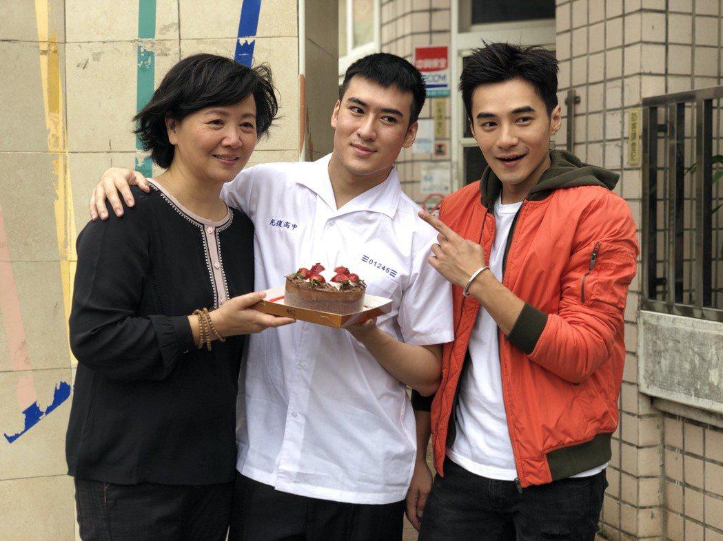 沈建宏(中)過25歲生日,是元介(右)和王琄幫他慶生。圖/中天提供