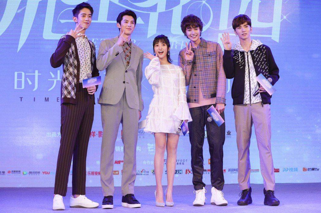 新版「流星花園」F4和杉菜首度在上海亮相,左起梁靖康、王鶴棣、沈月、官鴻、吳希澤