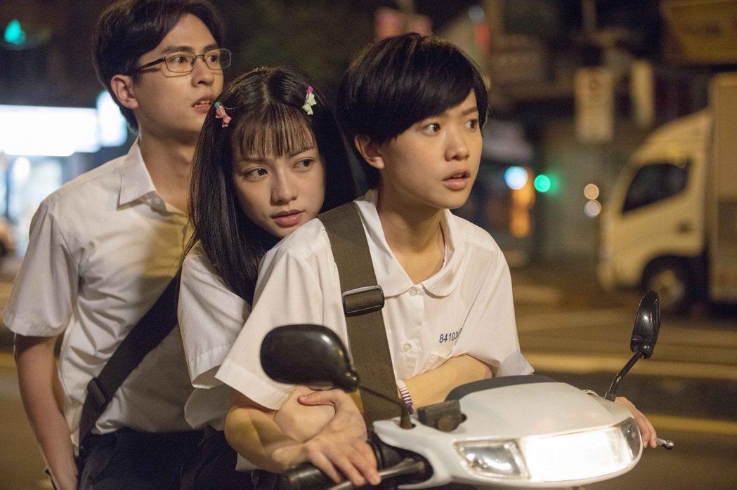 嚴正嵐(右)三貼載石知田(左)與姚愛甯,結果摔車。圖/星泰娛樂提供