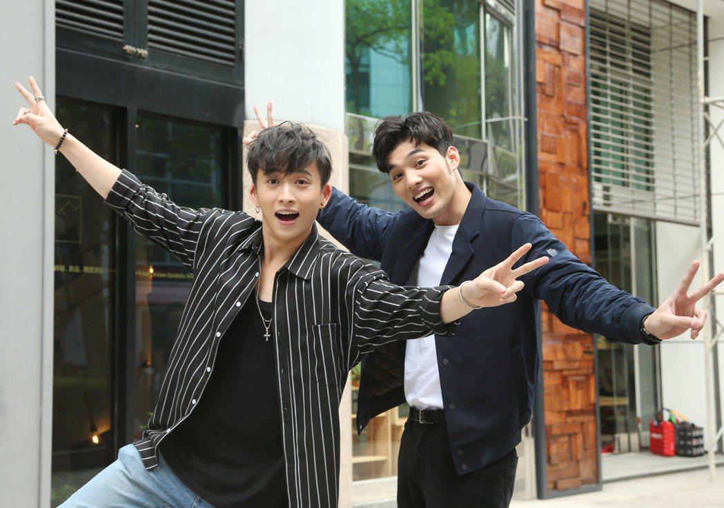 偉晉(右)與邱鋒澤演出偶像劇「搖滾畢業生」。記者陳瑞源/攝影