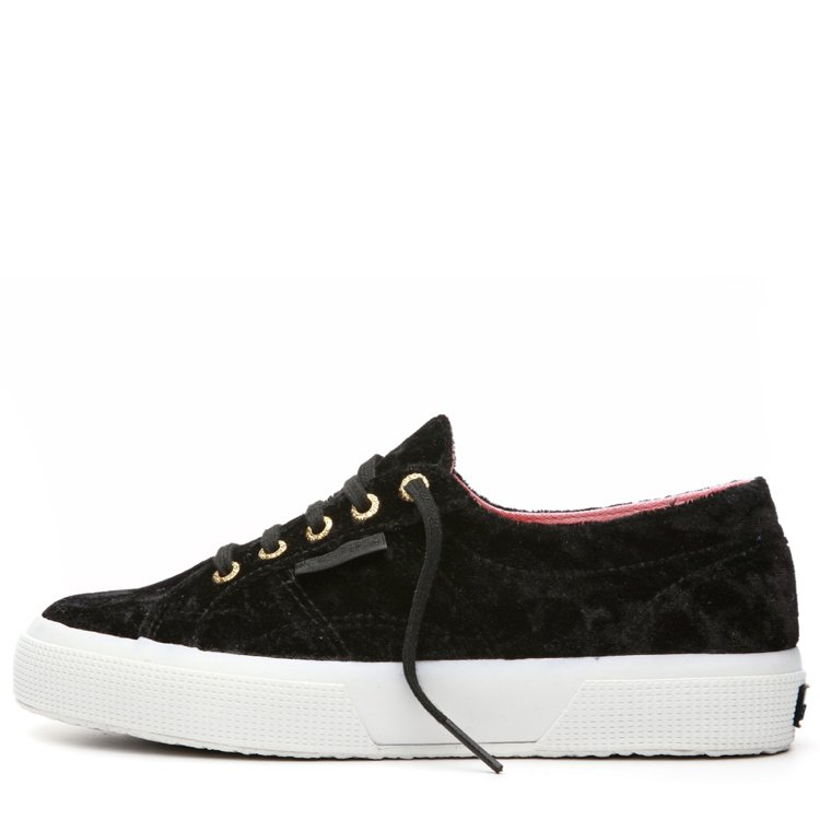 Superga Pyper America聯名鞋款,搖滾黑絲絨,約2,580元。