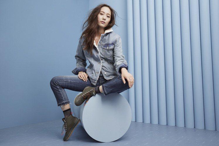 Keds全球代言人Krystal鄭秀晶就以一身簡單的丹寧色系勁裝,搭配斜紋布加上...