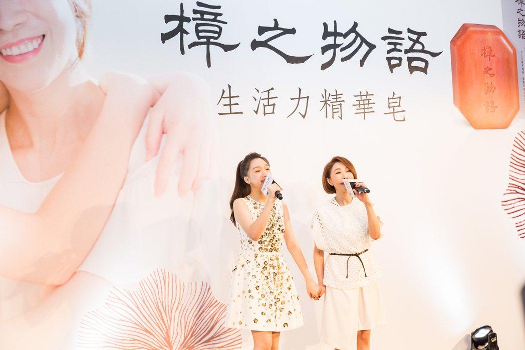 李翊君(右)與女兒香奈兒同台歡唱。圖/南僑提供