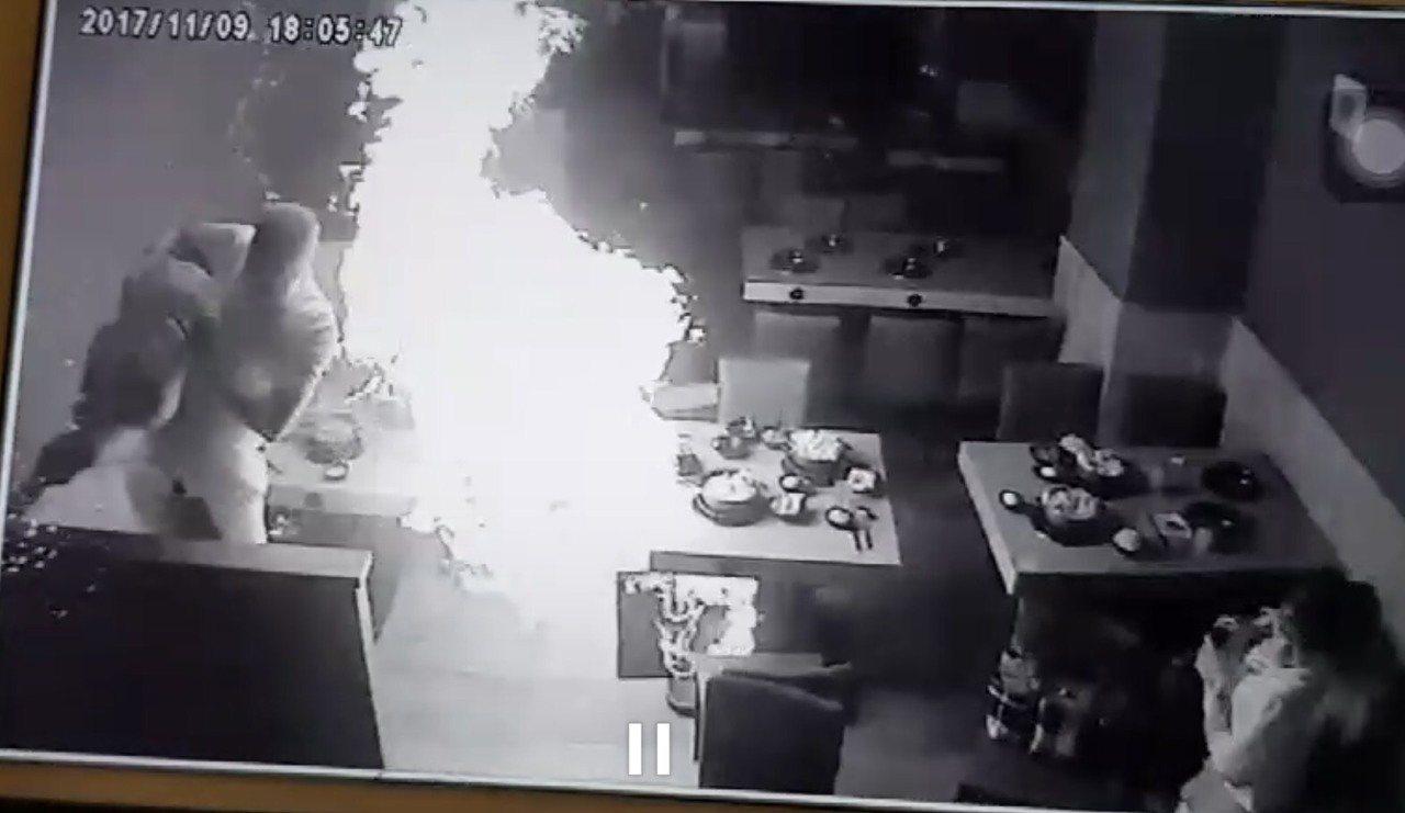 警消已調出監視器,發現氣爆前,服務生正在換瓦斯,發生氣爆時,鄰桌一名爸爸趕緊抱起...