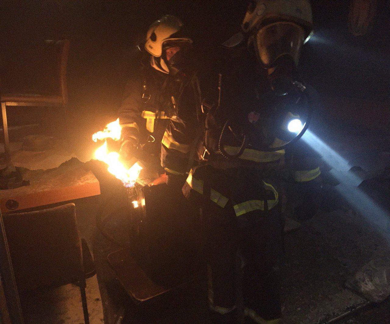 消防局溪湖分隊等出動15輛消防車、救護車及30多人搶救,氣爆案約半小時就滅火,但...