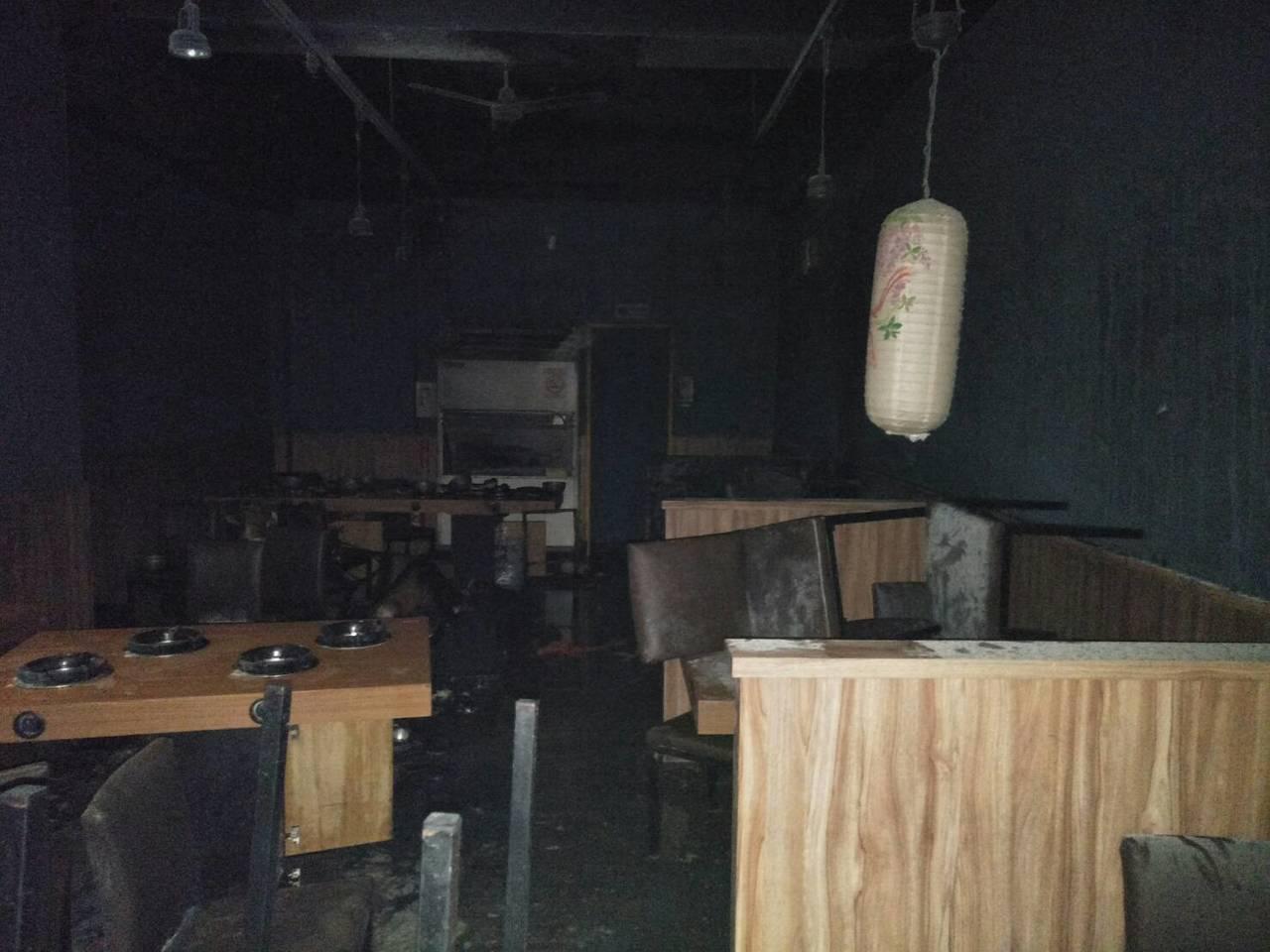 彰化縣溪湖鎮不銠鍋餐廳今晚6時發生氣爆案,造成7人受傷,火滅後,店內一片混亂。圖...