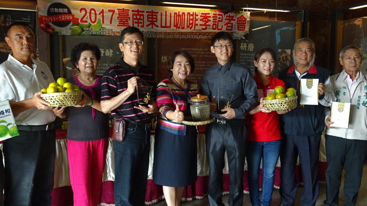 2017東山咖啡季周六登場,農會邀請遊客走訪上山,體驗幸福好滋味。記者謝進盛/攝...