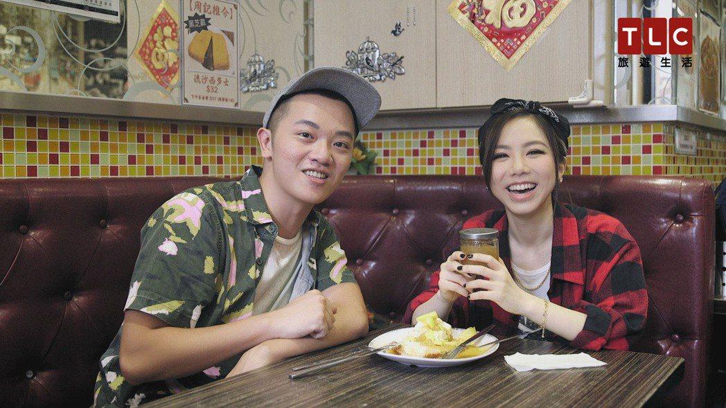 Soac和鄧紫棋前往茶餐廳,享用香港道地美食。圖/TLC旅遊生活頻道提供
