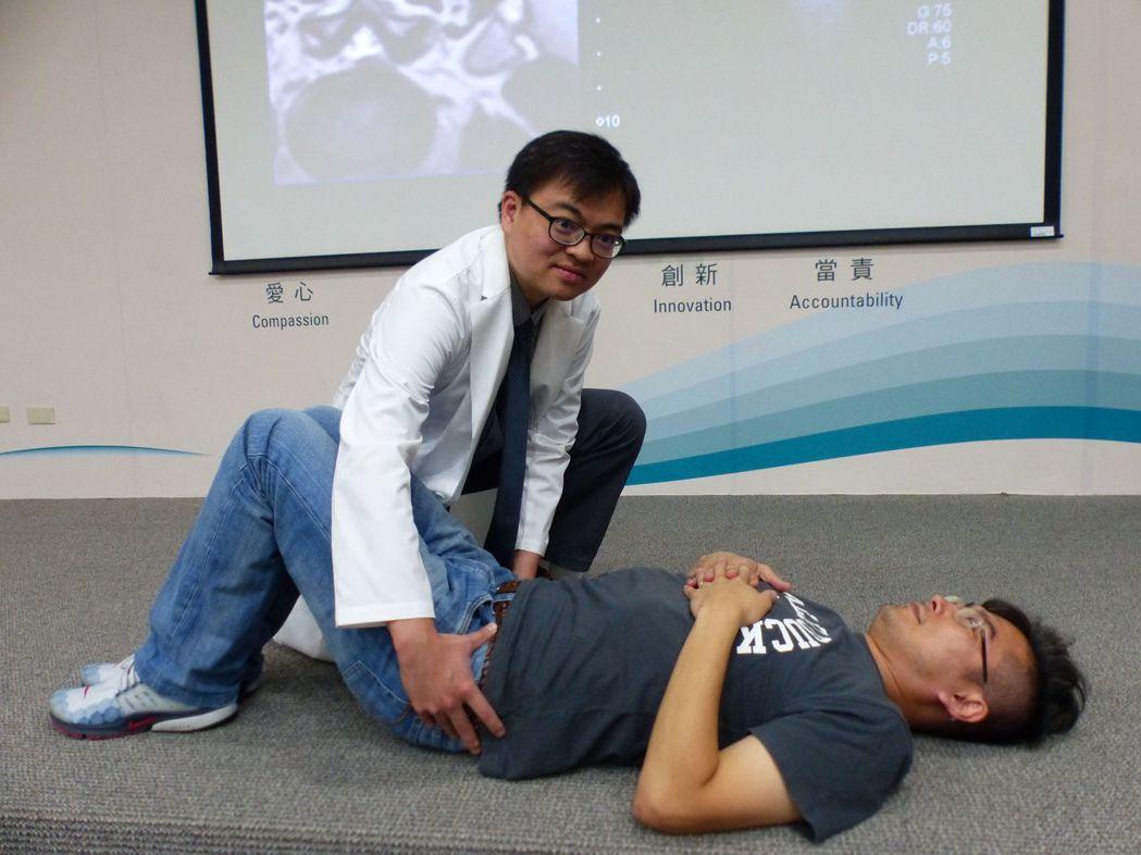 醫師蔡昇亨(左)示範,骨盆時鐘運動。記者趙容萱/攝影