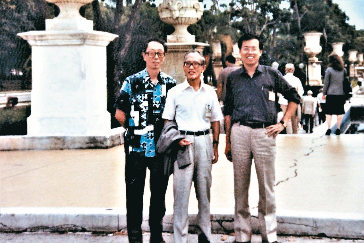1983年,王藍(左起)、余光中與羅青在委內瑞拉卡拉卡斯合影。 ◎羅青/圖片提供