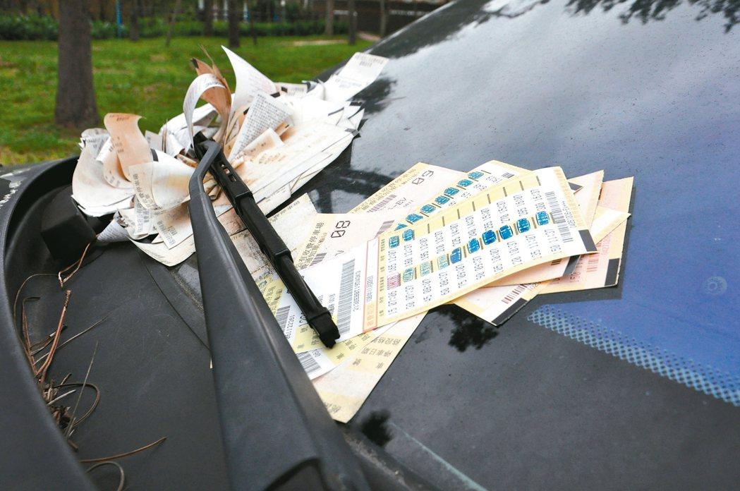 停放在龜山區湖邊路車格的霸王車欠費23萬元,夾了滿滿的停車單。 記者張裕珍/攝影