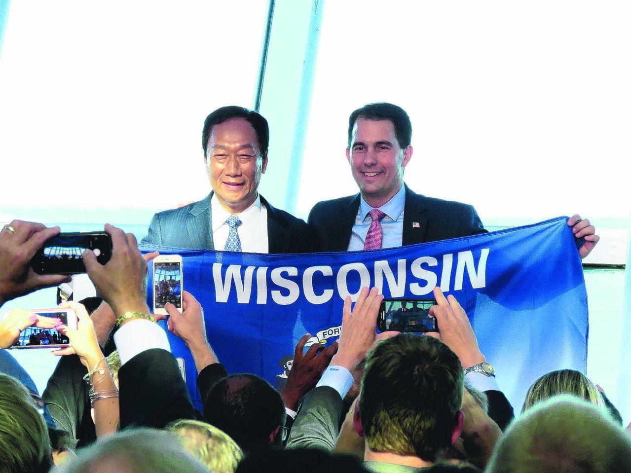 郭台銘(左)與威斯康辛州長渥克(右)。 本報資料照片