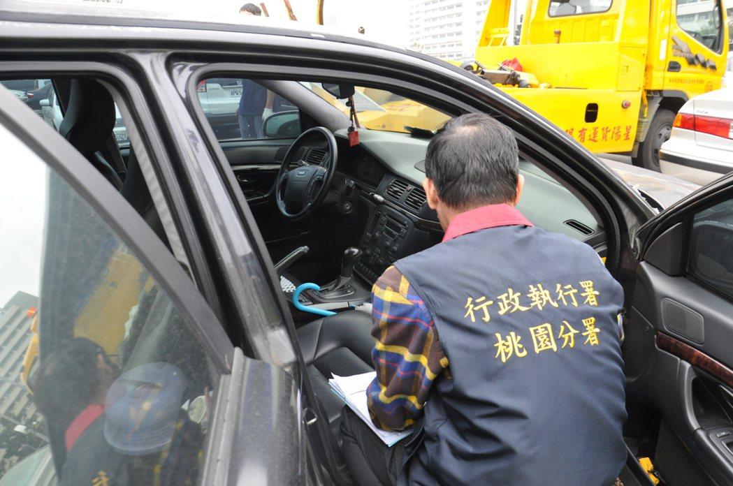該輛霸王車外觀車漆斑駁,車門也未鎖。記者張裕珍/攝影