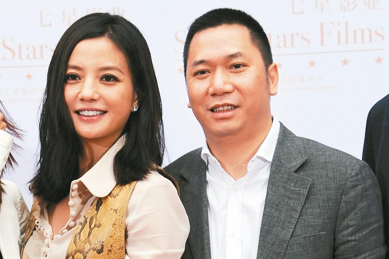 大陸知名藝人趙薇(左)與老公黃有龍。 中新社