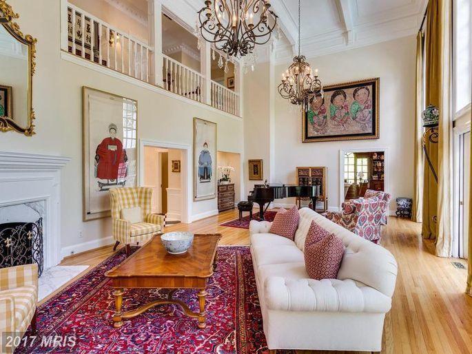 經過了耗資100萬元的裝修後,有全新的臥房、廚房、景觀美化和窗戶處理。(Real...