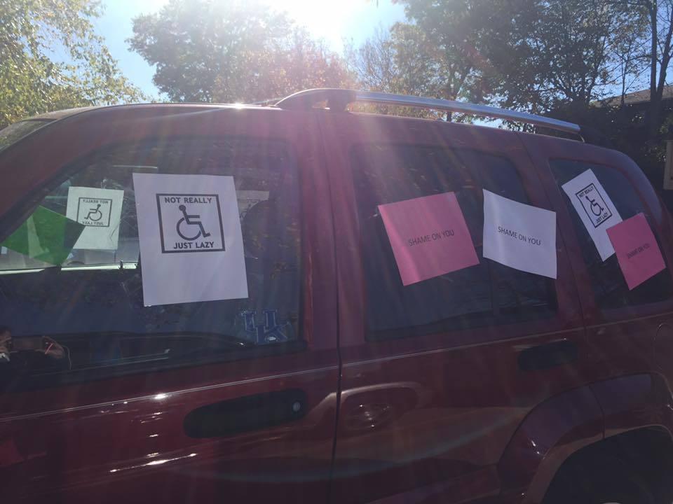女大生萊西的車子被陌生人貼滿了各種印有「羞恥」、「自私」等侮辱性標語的紙張。圖/...