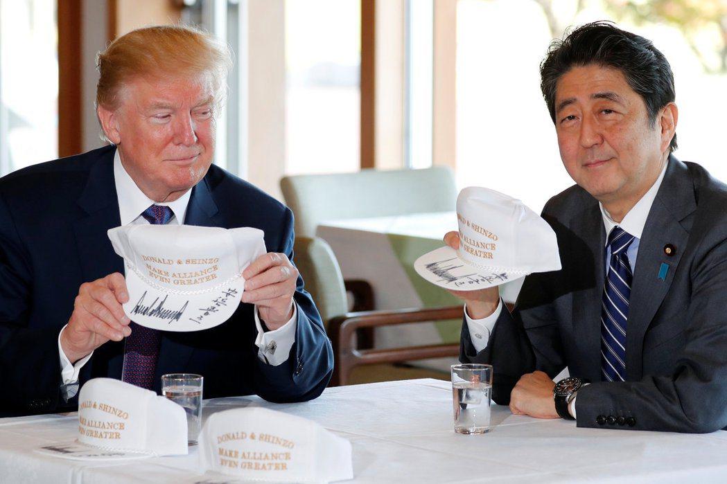 安倍送了一頂用金色刺繡的帽子,上面寫著:「唐納德與晉三,讓同盟更加偉大。」 圖/...