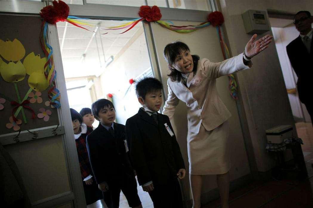 由於日本天災頻繁,地震海嘯與天候災害多,中小學教師必須身兼校內防災的指導者,以及...