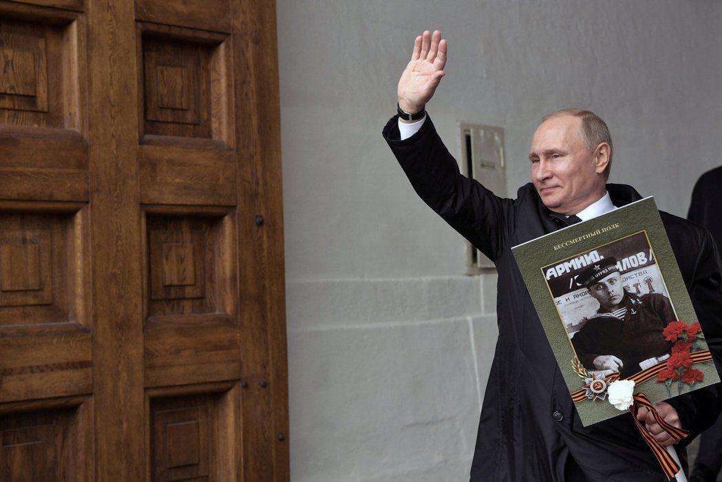 紀念二戰的「勝利日」成了當代俄羅斯的主要國家慶典,在這一天,普丁會手持自己曾參與...