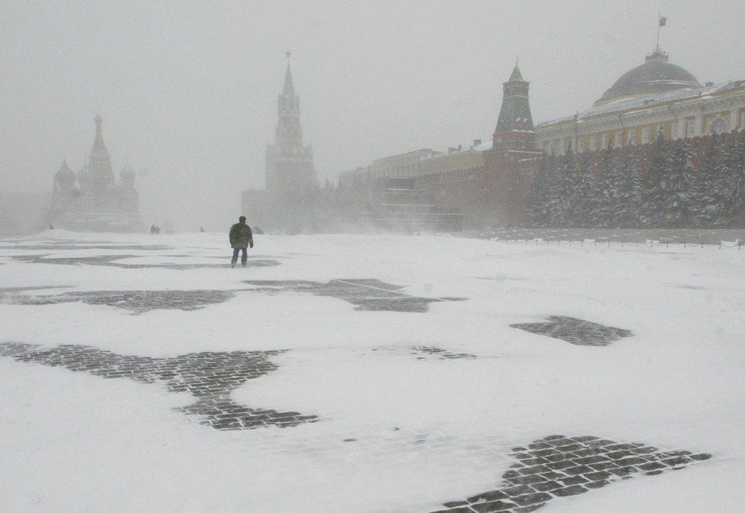 雪白的紅場:革命像是徘徊了百年的幽靈,在今日的俄羅斯遊蕩。 圖/美聯社