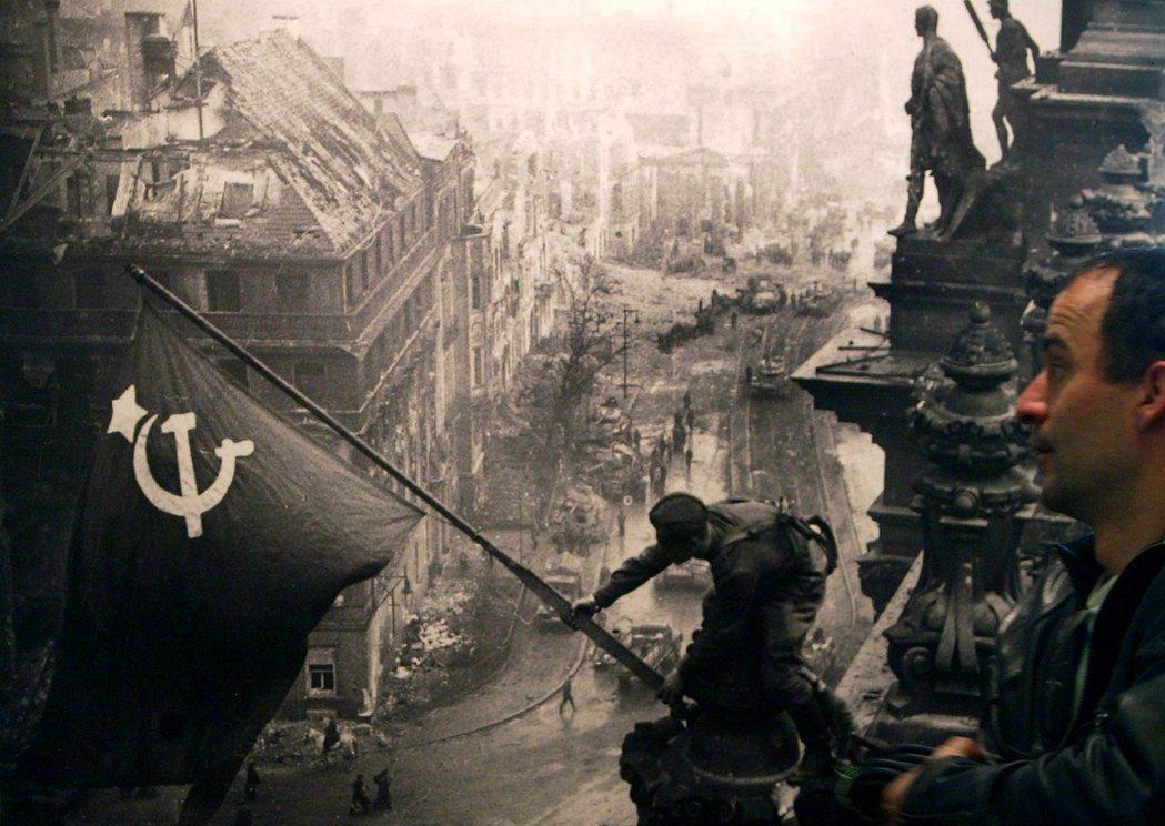 對普丁而言,史達林是帶領俄羅斯人民在第二次世界大戰中勝利的領,而二次大戰的勝利,...