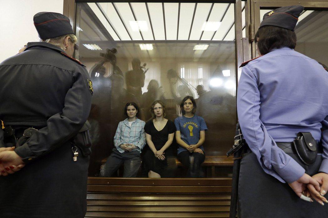 釋放小貓!俄羅斯女性主義龐克樂團暴動小貓,2012年因為在基督救世主主教座堂舉辦...