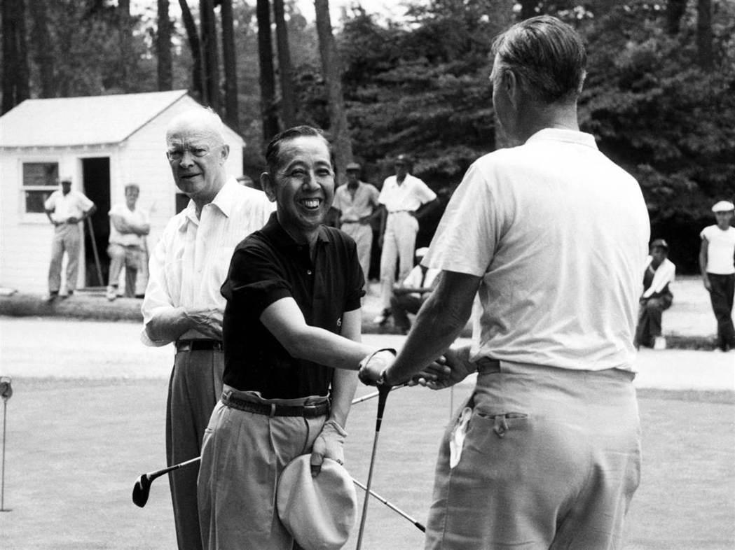 安倍的外祖父前首相岸信介(中)在60年前訪美時,與當時的艾森豪總統(左)一起打高...