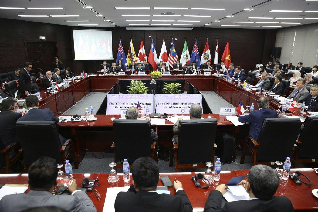 「跨太平洋夥伴協定」(TPP)剩餘11國的貿易部長與代表9日在亞太經合會峰會場邊...