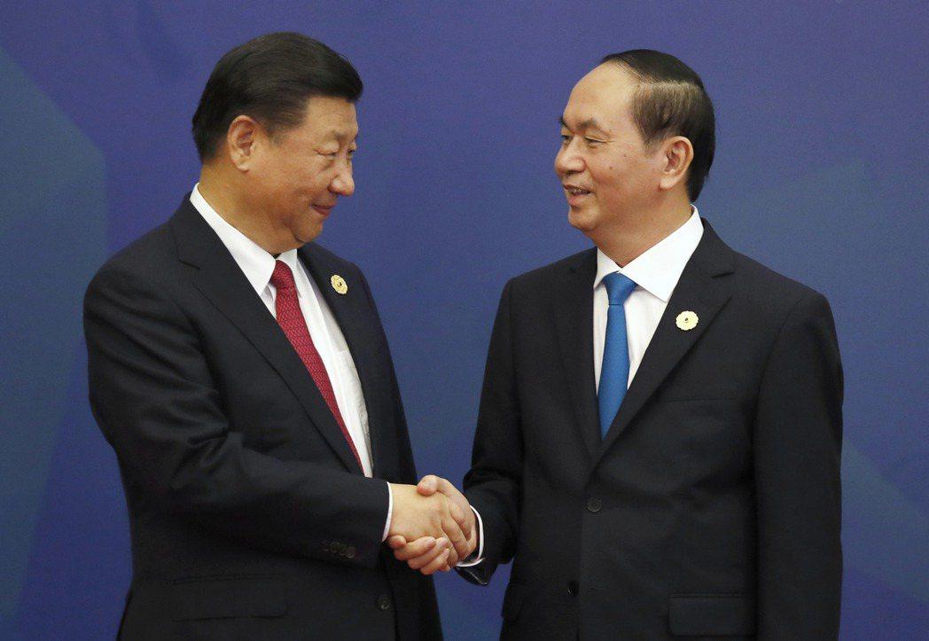 越南國家主席陳大光(右)十日在亞太經合會峰會上會見來訪的大陸國家主席習近平(左)...