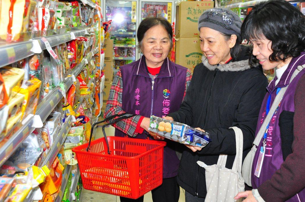 三鶯佈老志工黃秀淨(右)、彭瑞平(左)陪伴易奶奶買菜、購物,從此不怕孤單。 記者...