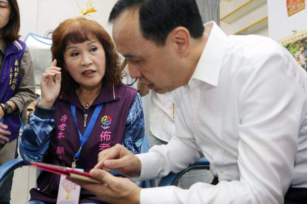 新北市推行4年的佈老時間銀行,劉菊梅(左)累積服務時數2759小時,是最多時數的...