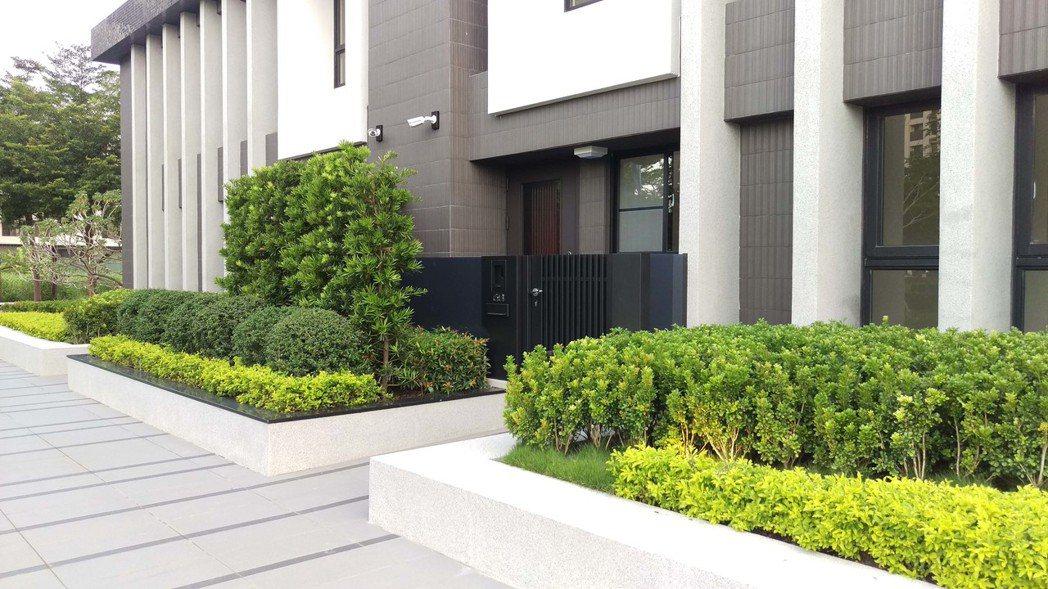 「水舞嘉」臨路退縮7至10米,前院還有園藝可做植栽。 圖片提供/泰嘉開發