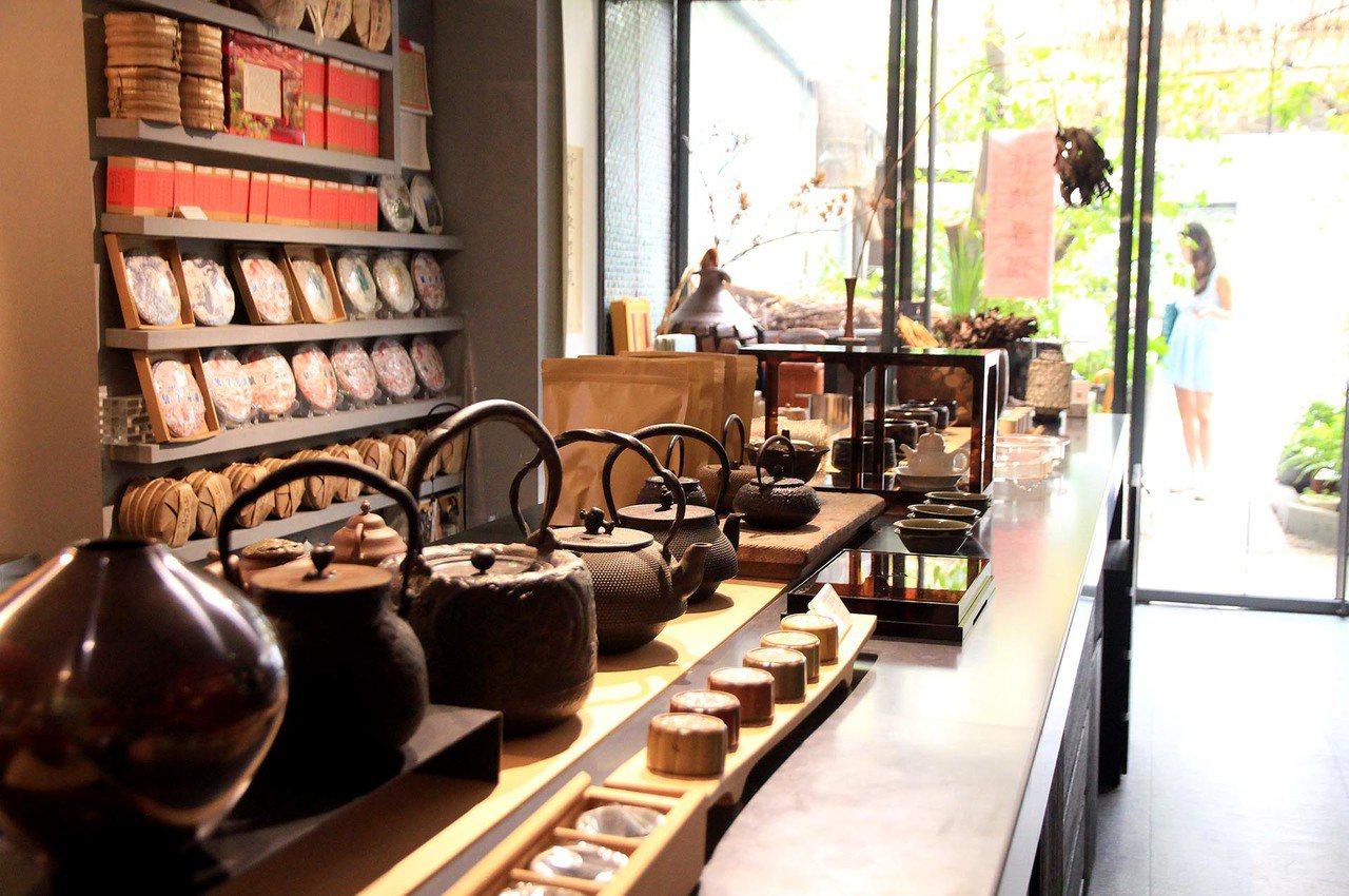 除了提供品茗空間,串門子茶館也引進上好茶具和茶葉。