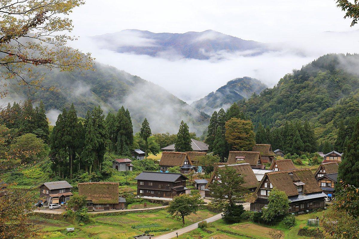雨天過後雲霧飄渺,從高處俯瞰相倉集落美景盡收眼底。