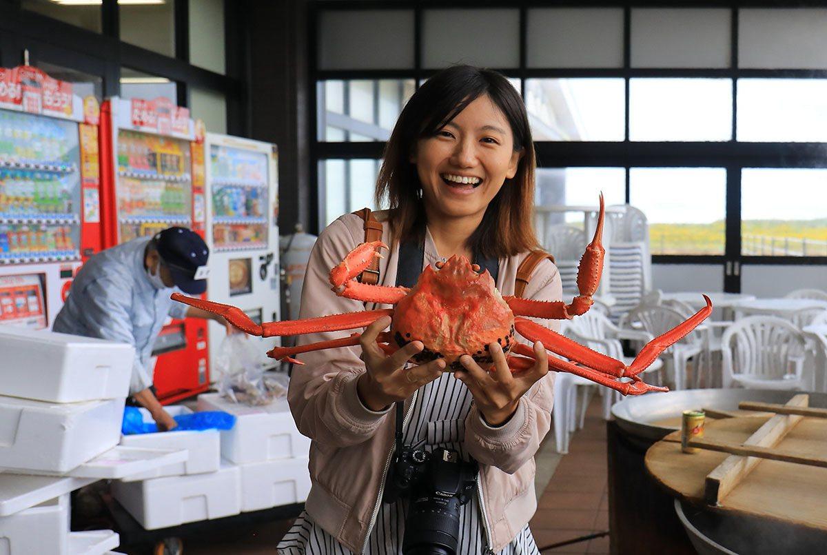 新湊海鮮市場現煮高志紅蟹鮮甜美味價格也很實惠。