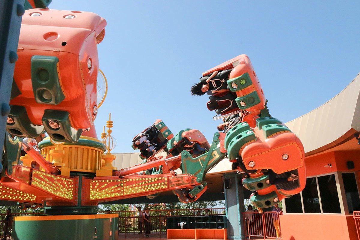 被八爪章魚倒吊式的360度旋轉抬升,在高空中頭下腳上的反轉角度;感受尖叫到無力的...