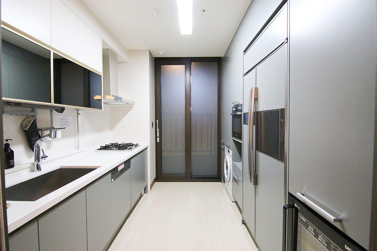 套房內的設備一應俱全,連廚房裡的廚具、餐具都是完整備妥。