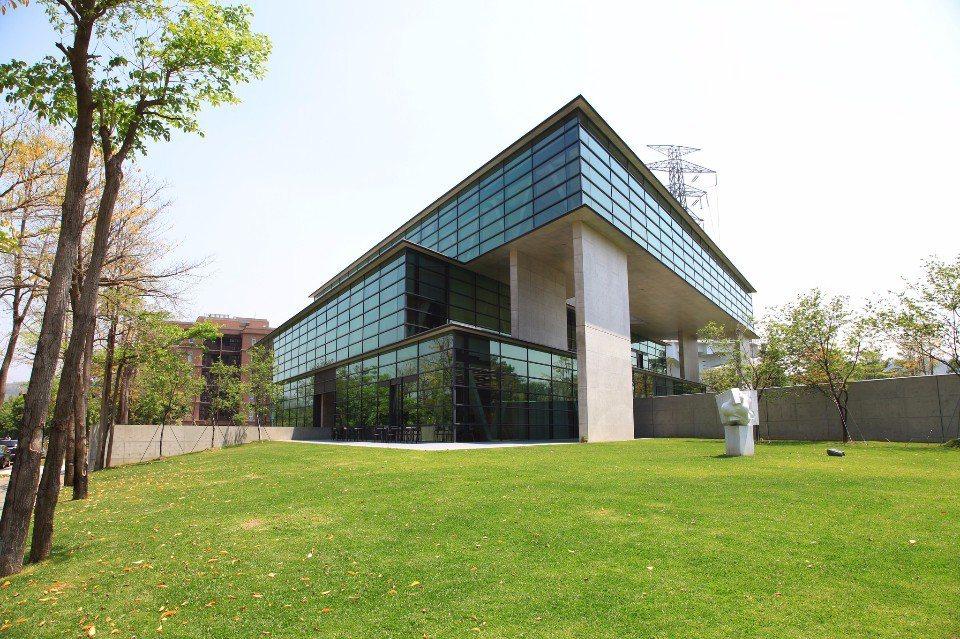 「亞洲大學現代美術館」為安藤忠雄在台灣的首座設計建築。(Flickr授權作者-F...